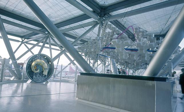 大屋根内の空中展示(左:渦巻都市)
