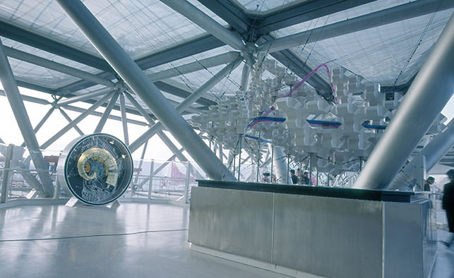 大屋頂內的空中展覽(左:漩渦城市)